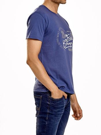 Ciemnoniebieski t-shirt męski z napisem CHAMPION i liczbą 28                                  zdj.                                  3