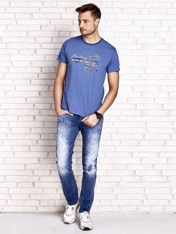 Ciemnoniebieski t-shirt męski ze sportowym nadrukiem i napisami                                  zdj.                                  4