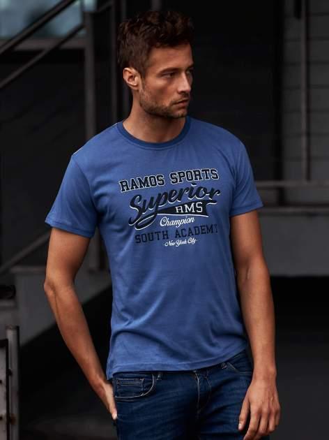 Ciemnoniebieski t-shirt męski ze sportowym nadrukiem i napisem SUPERIOR                                  zdj.                                  1