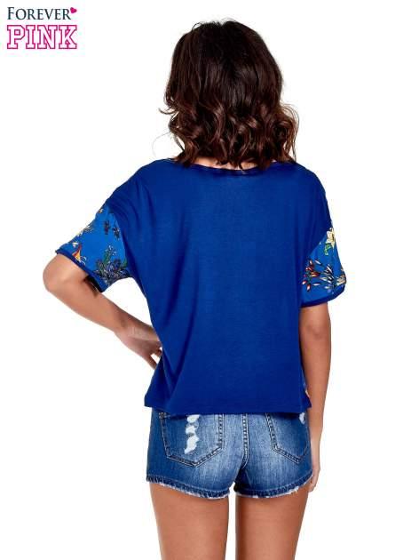 Ciemnoniebieski t-shirt we wzór roślinny                                  zdj.                                  6