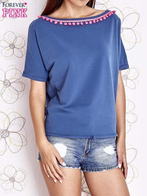 Ciemnoniebieski t-shirt z kolorowymi pomponikami przy dekolcie