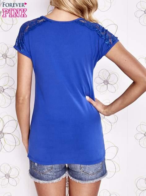 Ciemnoniebieski t-shirt z koronkowym wykończeniem rękawów                                  zdj.                                  4