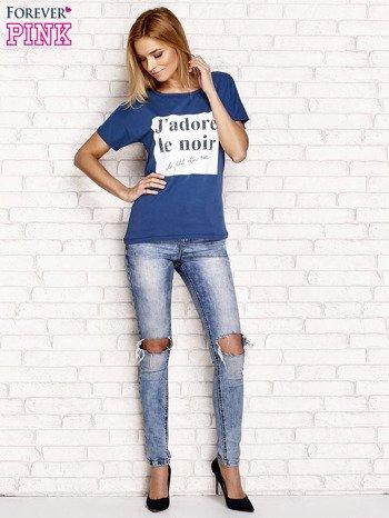 Ciemnoniebieski t-shirt z napisem J'ADORE LE NOIR                                  zdj.                                  4