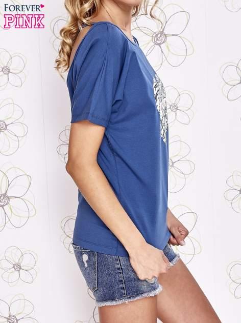 Ciemnoniebieski t-shirt z napisem JE T'AIME i dekoltem na plecach                                  zdj.                                  3