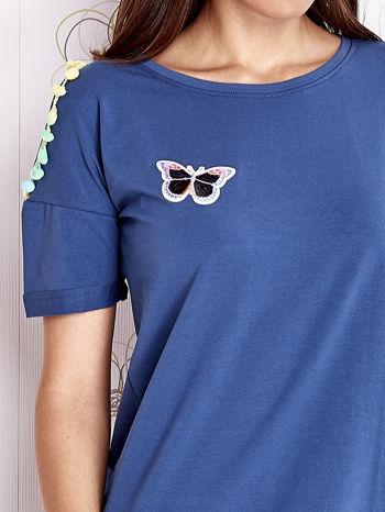 Ciemnoniebieski t-shirt z naszywką motyla i pomponikami                                  zdj.                                  5
