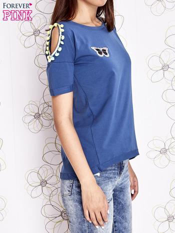 Ciemnoniebieski t-shirt z naszywką motyla i pomponikami                                  zdj.                                  3