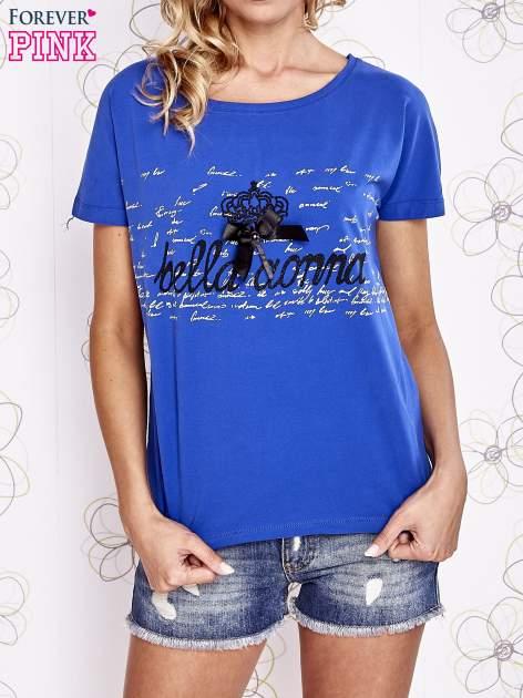 Ciemnoniebieski t-shirt z ozdobnym napisem i kokardą                                  zdj.                                  1