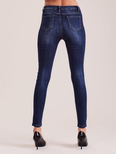 Ciemnoniebieskie dopasowane jeansy damskie                              zdj.                              2