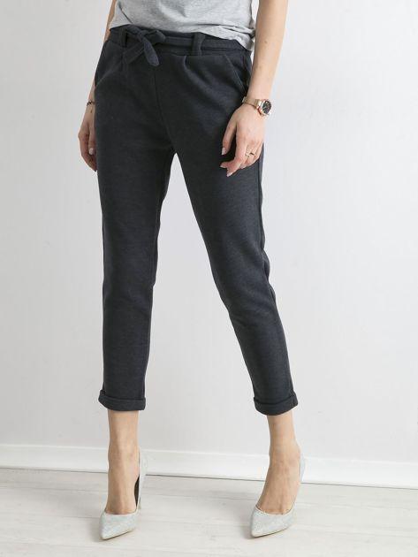 Ciemnoniebieskie dzianinowe spodnie z paskiem                              zdj.                              4