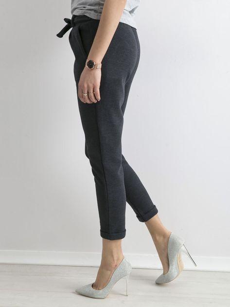 Ciemnoniebieskie dzianinowe spodnie z paskiem                              zdj.                              3