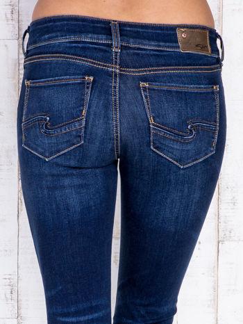 Ciemnoniebieskie jeansowe spodnie slim z przetarciami                                  zdj.                                  5