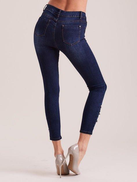 Ciemnoniebieskie jeansy 7/8 z perełkami                              zdj.                              2