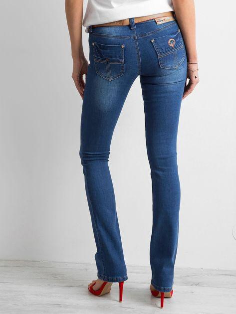 Ciemnoniebieskie jeansy boot-cut                              zdj.                              2