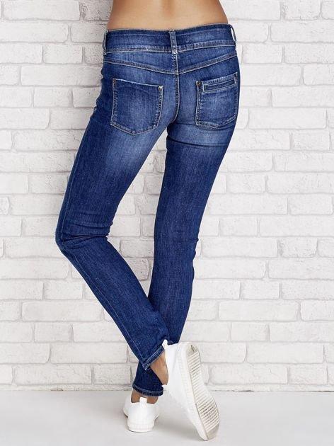 Ciemnoniebieskie jeansy regular z przetarciami