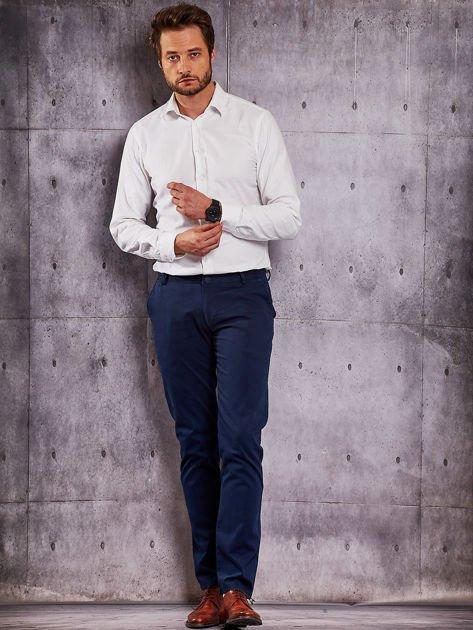 Ciemnoniebieskie materiałowe spodnie męskie chinosy                              zdj.                              4