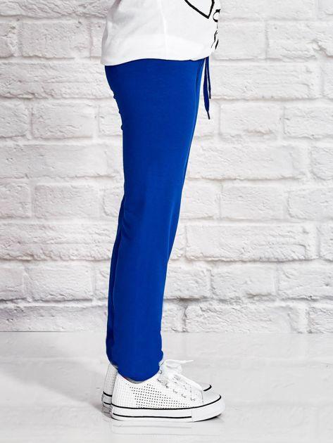 Ciemnoniebieskie spodnie dresowe dla dziewczynki z flamingiem                              zdj.                              3