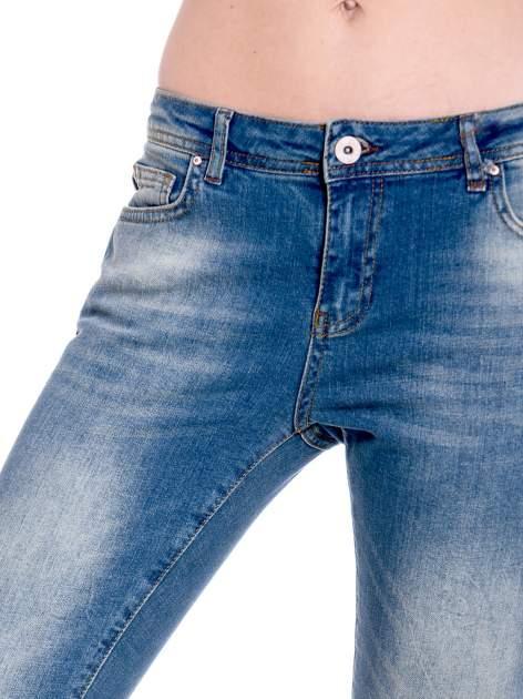 Ciemnoniebieskie spodnie girlfriend jeans z cieniowaniem                                  zdj.                                  8