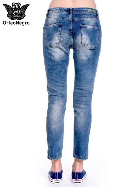 Ciemnoniebieskie spodnie girlfriend jeans z przetarciami                                  zdj.                                  5