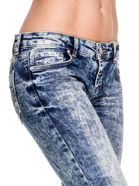 Ciemnoniebieskie spodnie jeansowe rurki marmurki z przetarciami                                  zdj.                                  5