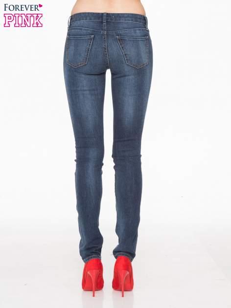 Ciemnoniebieskie spodnie jeansowe rurki z cieniowaniem                                  zdj.                                  4