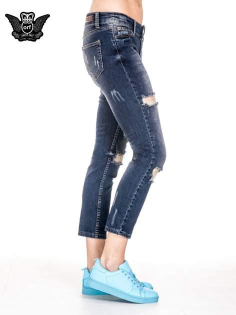 Ciemnoniebieskie spodnie jeansowe rurki z dużymi dziurami                                  zdj.                                  3