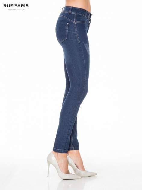 Ciemnoniebieskie spodnie jeansowe rurki z przetarciami                                  zdj.                                  3