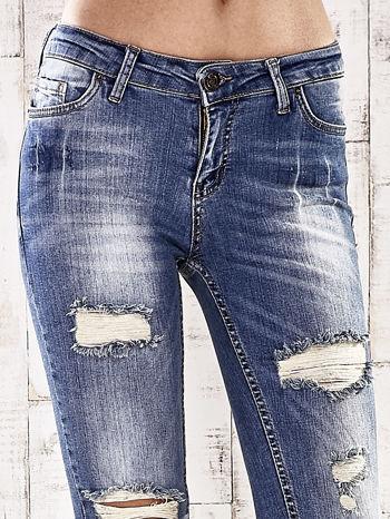 Ciemnoniebieskie spodnie jeansowe rurki z przetarciami i dziurami                                  zdj.                                  4