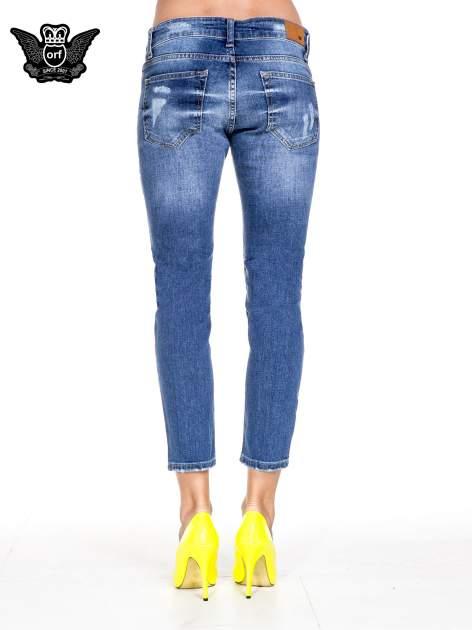 Ciemnoniebieskie spodnie jeansowe z dziurami podszytymi koronką                              zdj.                              5