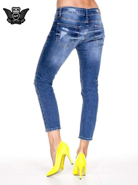 Ciemnoniebieskie spodnie jeansowe z dziurami podszytymi koronką                                  zdj.                                  4
