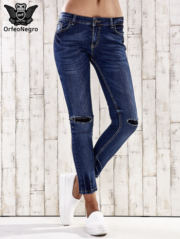 Ciemnoniebieskie spodnie jeansowe z łatami na kolanach                                  zdj.                                  1