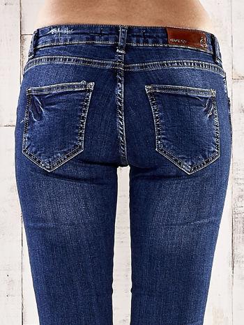 Ciemnoniebieskie spodnie jeansowe z łatami na kolanach                                  zdj.                                  6