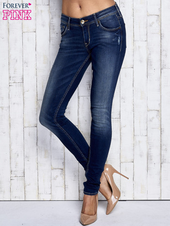 Ciemnoniebieskie spodnie jeansowe z przetarciami                              zdj.                              1