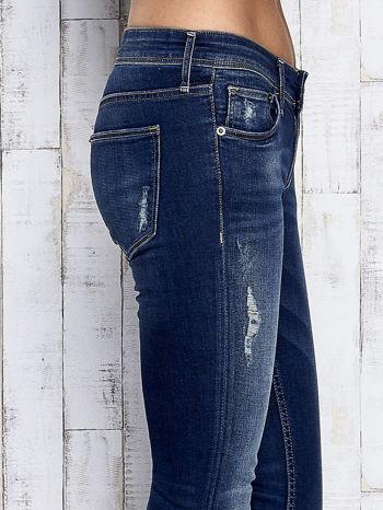 Ciemnoniebieskie spodnie jeansowe z przetarciami                              zdj.                              5