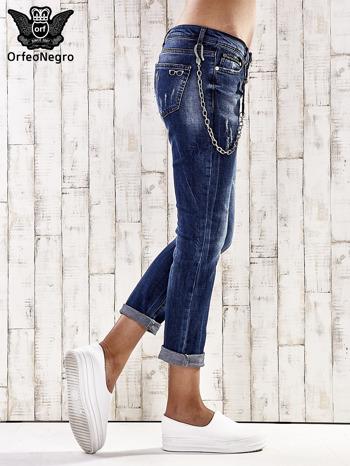 Ciemnoniebieskie spodnie regular jeans z łańcuszkiem                                  zdj.                                  3