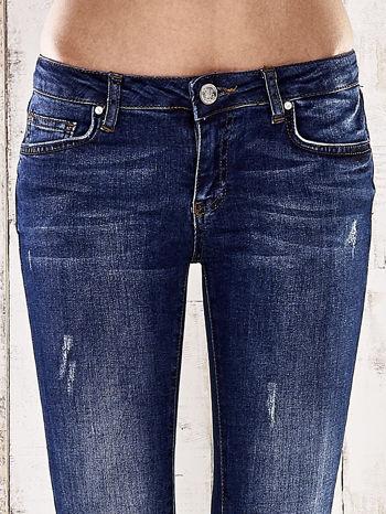Ciemnoniebieskie spodnie rurki z dżetami                                  zdj.                                  4