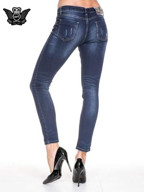 Ciemnoniebieskie spodnie skinny jeans z cieniowaniem i przetarciem                                  zdj.                                  6