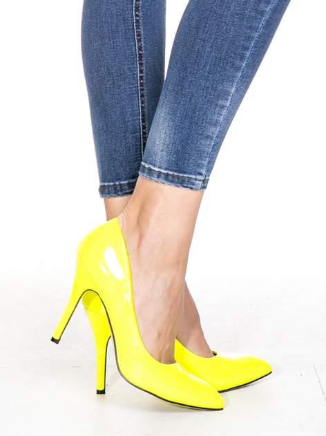 Ciemnoniebieskie spodnie skinny jeans z przecieraną nogawką z przodu                                  zdj.                                  6