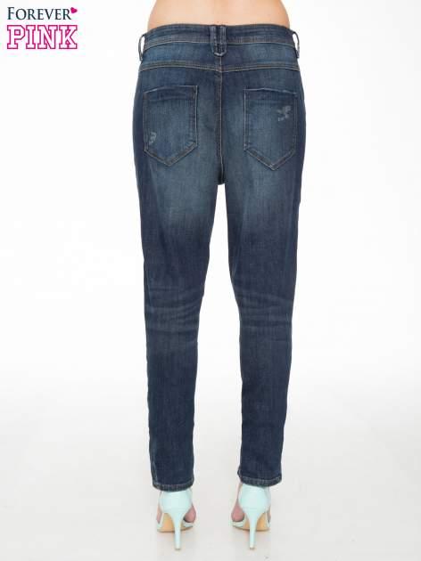 Ciemnoniebieskie spodnie typu boyfriend jeans z przetarciami                                  zdj.                                  4