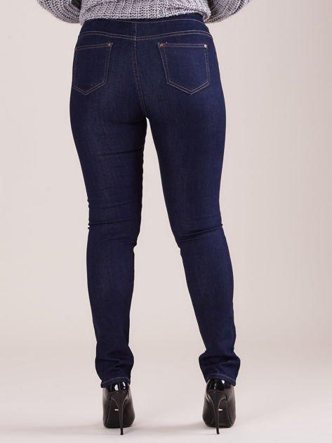 Ciemnoniebieskie spodnie z prostymi nogawkami PLUS SIZE                              zdj.                              3