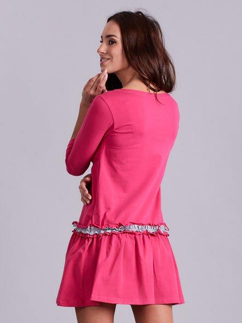 Ciemnoróżowa sukienka z kontrastową falbanką                              zdj.                              2