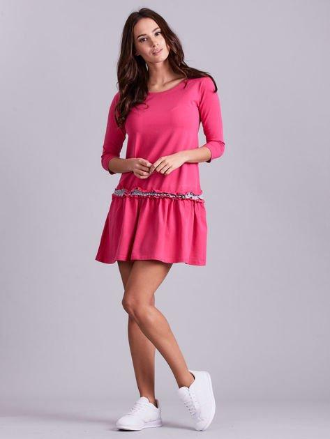 Ciemnoróżowa sukienka z kontrastową falbanką                              zdj.                              4
