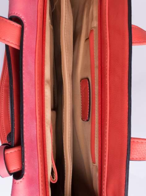 Ciemnoróżowa torba z klapą i troczkami z przodu                                  zdj.                                  4