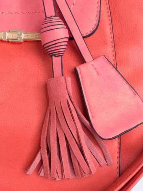 Ciemnoróżowa torba z klapą i troczkami z przodu                                  zdj.                                  5