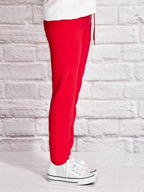 Ciemnoróżowe spodnie dresowe dla dziewczynki z napisem FOLLOW MY FEET                              zdj.                              2