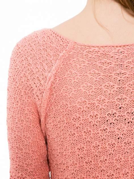 Ciemnoróżowy sweter o ozdobnym ściegu z dekoltem w serek                                   zdj.                                  7