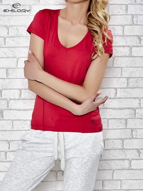 Ciemnoróżowy t-shirt sportowy z dekoltem w lekkie V