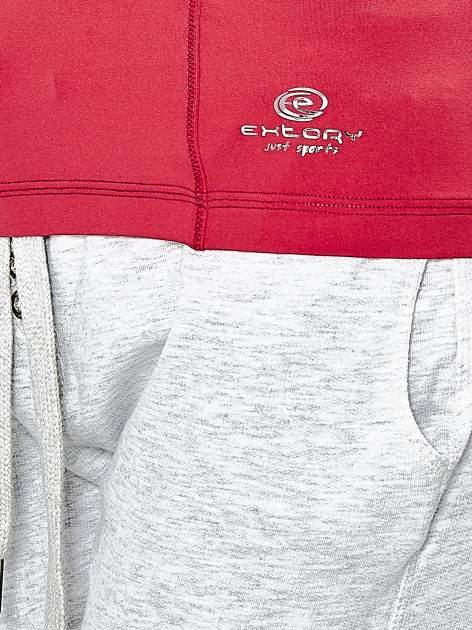 Ciemnoróżowy t-shirt sportowy z dekoltem w lekkie V                                  zdj.                                  6