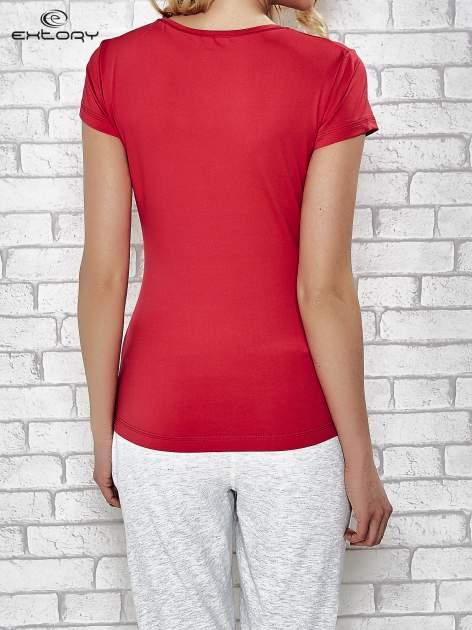 Ciemnoróżowy t-shirt sportowy z dekoltem w lekkie V                                  zdj.                                  2