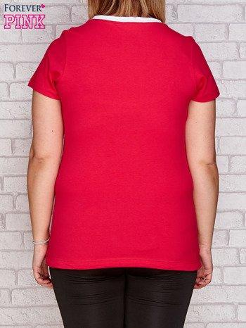 Ciemnoróżowy t-shirt z kwiatowym nadrukiem PLUS SIZE