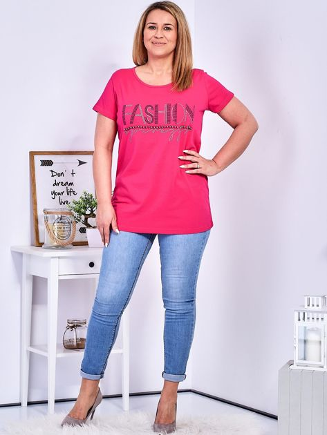 Ciemnoróżowy t-shirt z napisem z perełek PLUS SIZE                              zdj.                              4